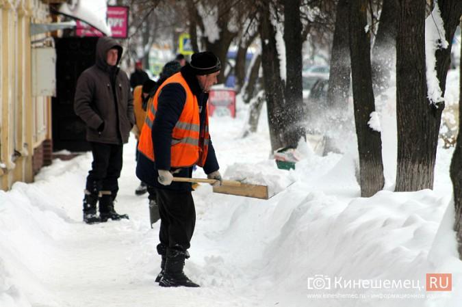 Улицу Комсомольскую очищают от снега и автомобилей фото 10