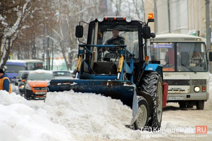 Улицу Комсомольскую очищают от снега и автомобилей фото 8