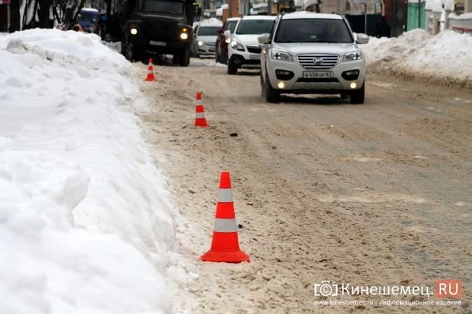 Улицу Комсомольскую очищают от снега и автомобилей фото 6