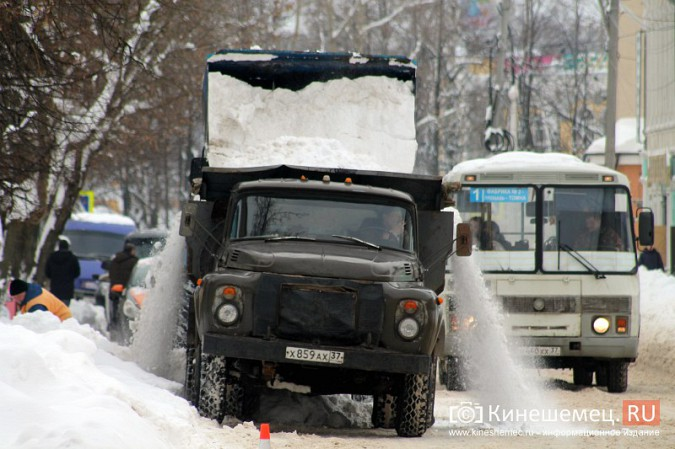 Улицу Комсомольскую очищают от снега и автомобилей фото 5