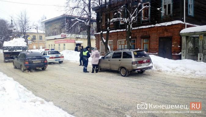Улицу Комсомольскую очищают от снега и автомобилей фото 2