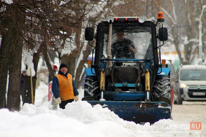 Улицу Комсомольскую очищают от снега и автомобилей фото 9