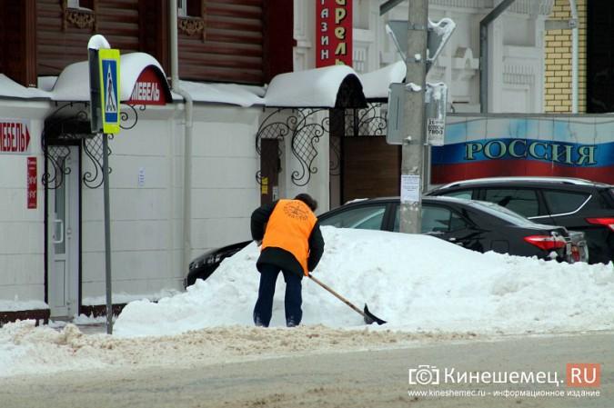 Улицу Комсомольскую очищают от снега и автомобилей фото 4