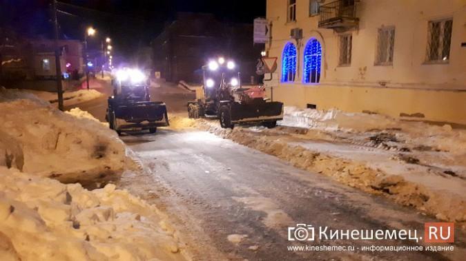 Коммунальщики Кинешмы вышли на ночную уборку города от снега фото 7