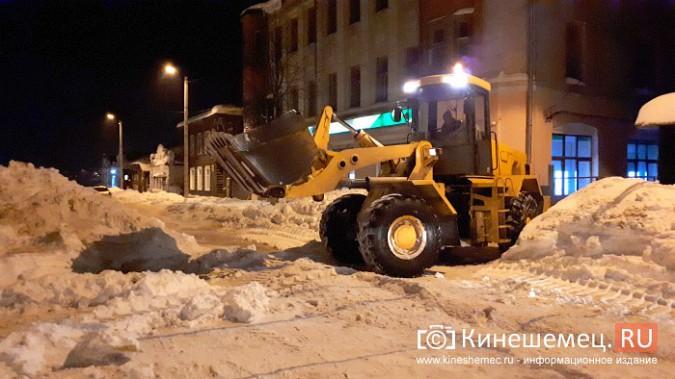 Коммунальщики Кинешмы вышли на ночную уборку города от снега фото 4