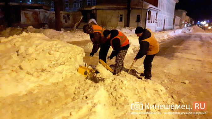 Коммунальщики Кинешмы вышли на ночную уборку города от снега фото 2