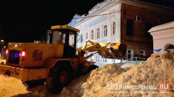 Коммунальщики Кинешмы вышли на ночную уборку города от снега фото 3