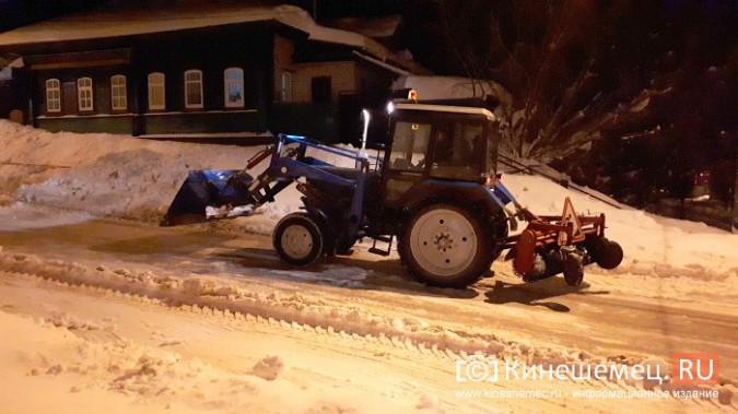Коммунальщики Кинешмы вышли на ночную уборку города от снега фото 8