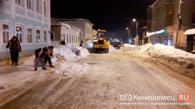 Коммунальщики Кинешмы вышли на ночную уборку города от снега фото 6