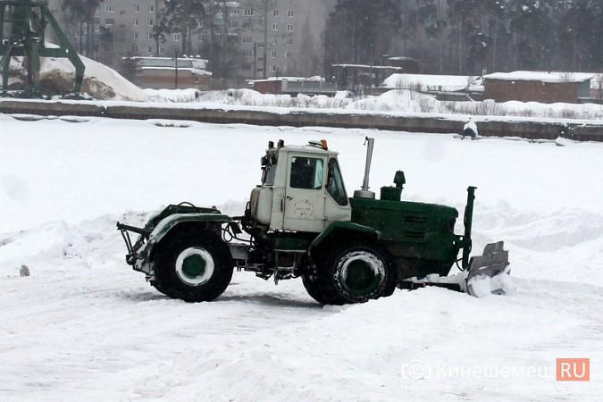 После снегопада в Кинешме расчищают площадку для рыбалки на призы «Единой России» фото 2