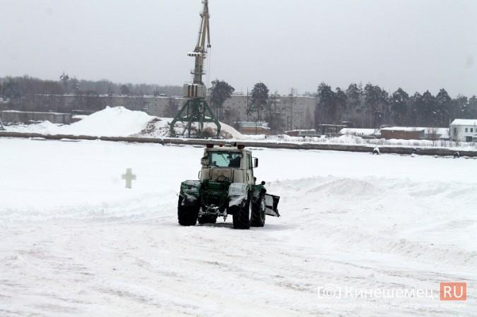 После снегопада в Кинешме расчищают площадку для рыбалки на призы «Единой России» фото 4