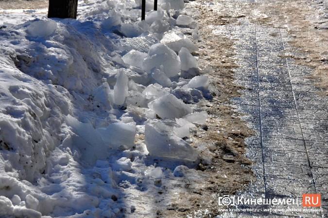 В Кинешме не считают нужным предупреждать горожан о ледяных глыбах на крышах фото 3