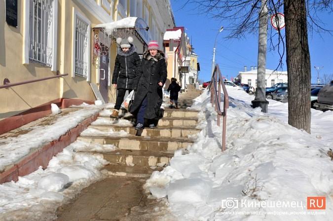 В Кинешме не считают нужным предупреждать горожан о ледяных глыбах на крышах фото 10