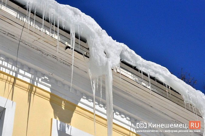 В Кинешме не считают нужным предупреждать горожан о ледяных глыбах на крышах фото 13