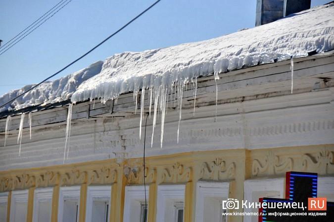 В Кинешме не считают нужным предупреждать горожан о ледяных глыбах на крышах фото 2