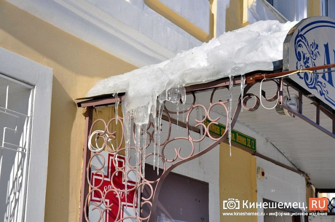 В Кинешме не считают нужным предупреждать горожан о ледяных глыбах на крышах фото 5