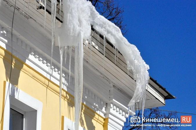 В Кинешме не считают нужным предупреждать горожан о ледяных глыбах на крышах фото 12