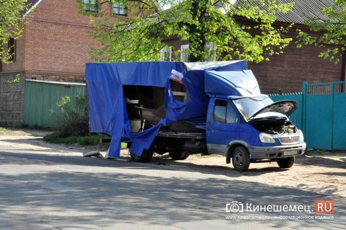 В Кинешме бетономешалка влетела в стоящую на обочине «Газель» фото 3