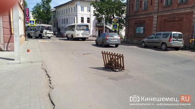 Место возможного провала дороги в центре Кинешмы коммунальщики заткнули булыжником фото 2