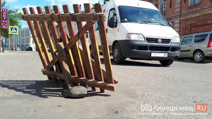 Место возможного провала дороги в центре Кинешмы коммунальщики заткнули булыжником фото 3