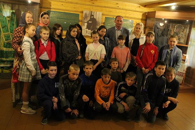 Михаил Батин сводил школьников в музей святителя Василия фото 7