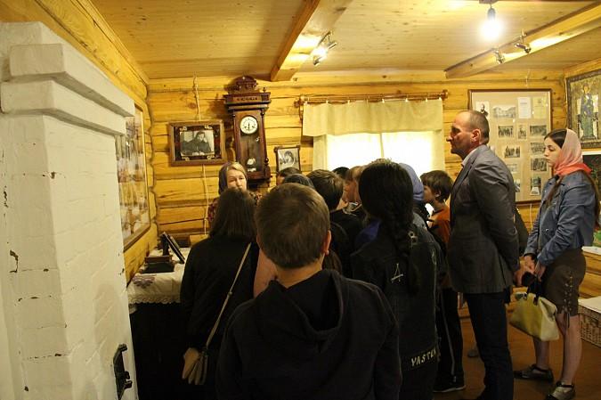 Михаил Батин сводил школьников в музей святителя Василия фото 2