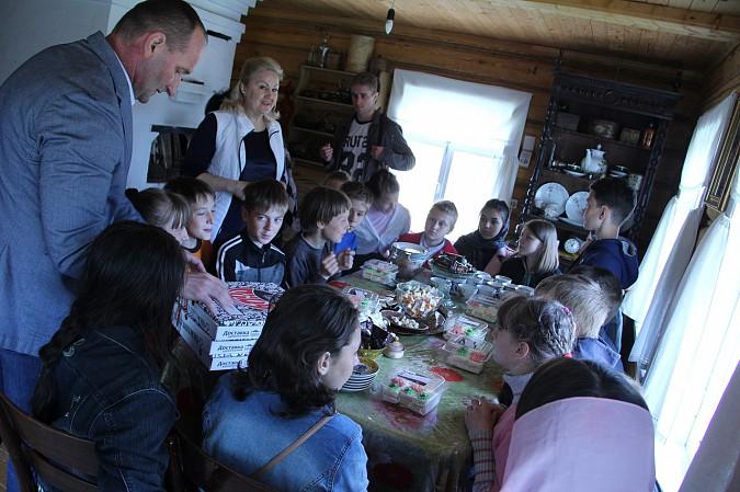 Михаил Батин сводил школьников в музей святителя Василия фото 3