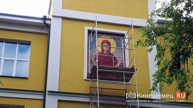 На фасаде Епархии со стороны Волги появилась икона «Покров Пресвятой Богородицы» фото 4