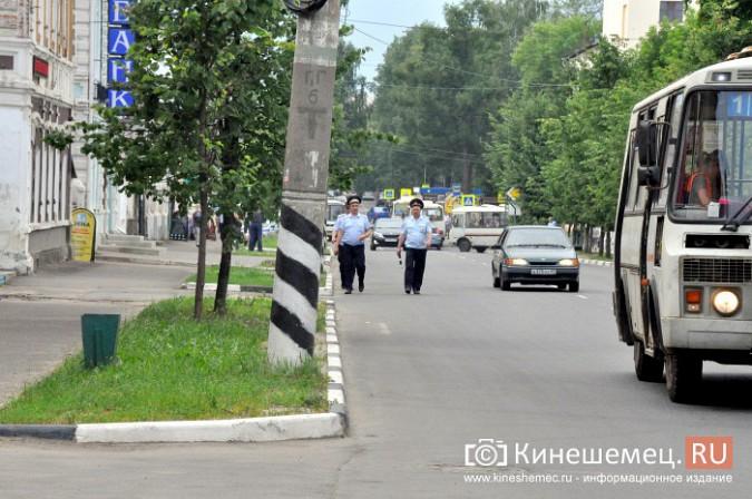 Автомобили из центра Кинешмы начали убирать эвакуатором фото 8