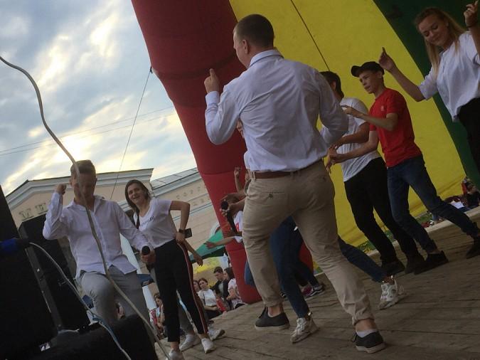 Рустам Алиев и кинешемская молодежь оторвались у памятника Ленину фото 5