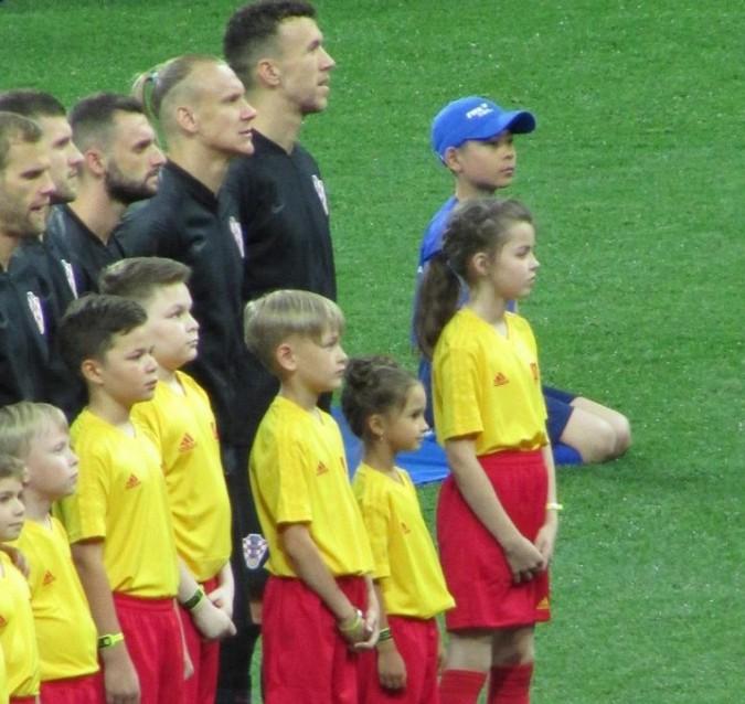 Арина Матюшина из Заволжска вывела на поле футболиста хорватской сборной фото 2