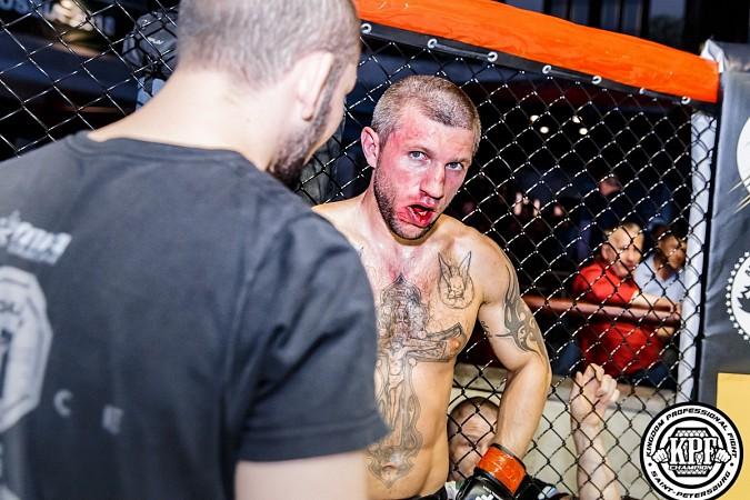 Кинешемский боец по прозвищу Питерский крест впервые уступил на профессиональном ринге фото 9