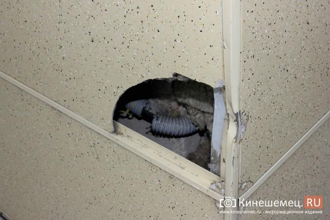 Вандалы продолжают портить фасад Кинешемского театра фото 5