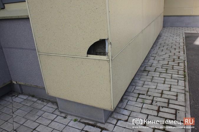 Вандалы продолжают портить фасад Кинешемского театра фото 4