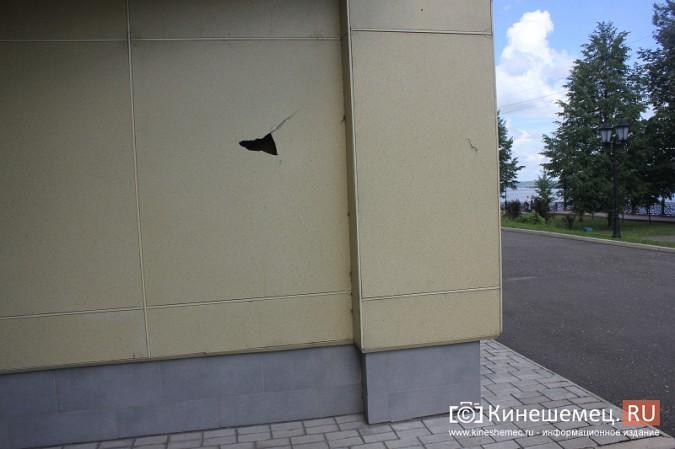 Вандалы продолжают портить фасад Кинешемского театра фото 7