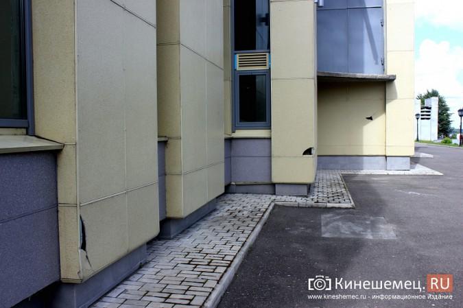 Вандалы продолжают портить фасад Кинешемского театра фото 2