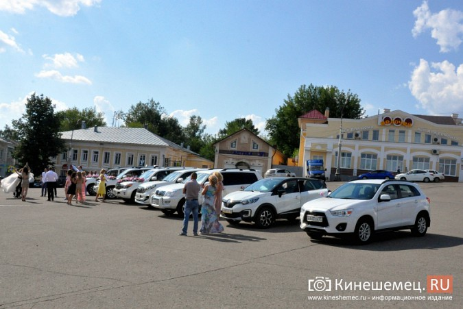 Центральная площадь Кинешмы становится местом свадебных гуляний фото 4