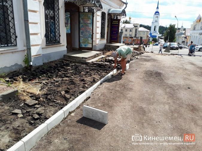 Александр Пахолков осмотрел ход ремонта тротуаров в центре Кинешмы фото 8