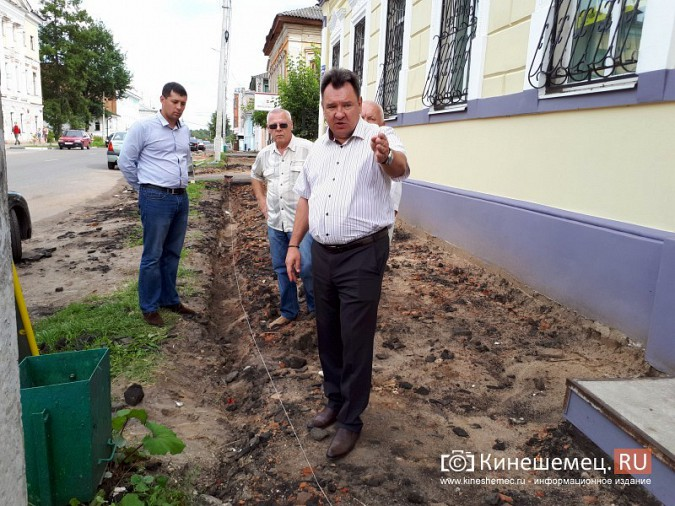 Александр Пахолков осмотрел ход ремонта тротуаров в центре Кинешмы фото 15