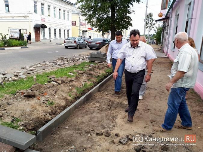 Александр Пахолков осмотрел ход ремонта тротуаров в центре Кинешмы фото 13