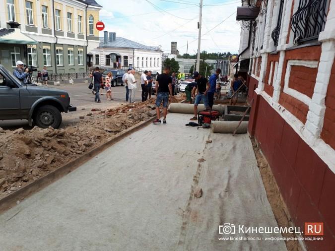 Александр Пахолков осмотрел ход ремонта тротуаров в центре Кинешмы фото 10