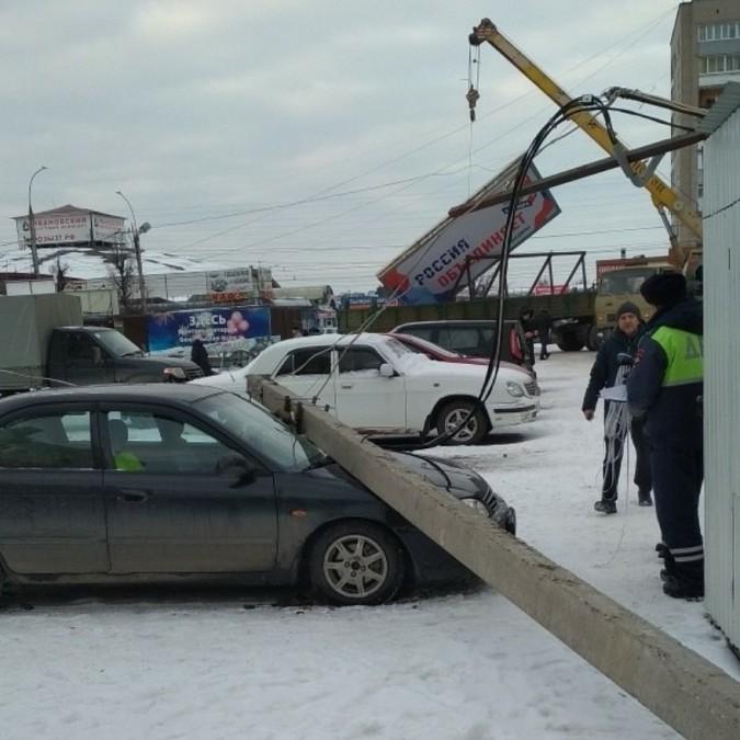 Рабочие лихо уронили бетонный столб на легковушку в Иванове фото 2