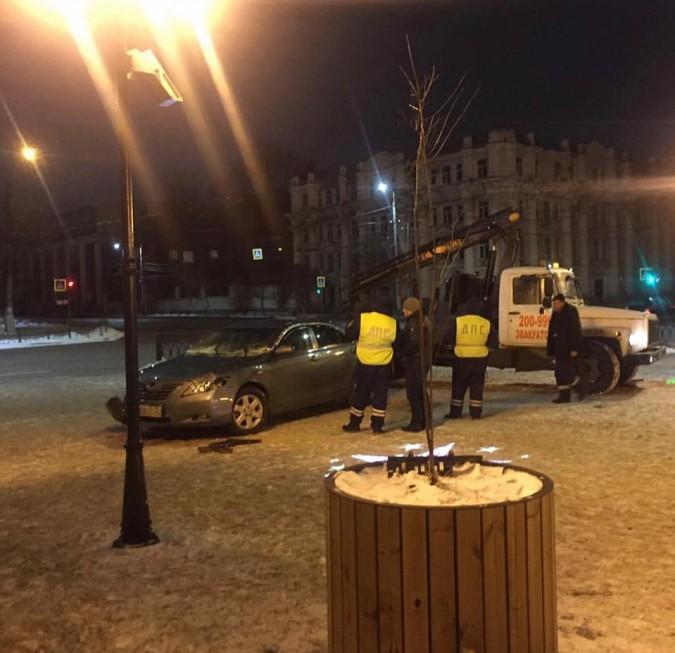 Легковушка пробила ограждение и вылетела на площадь Ленина в Иванове фото 2