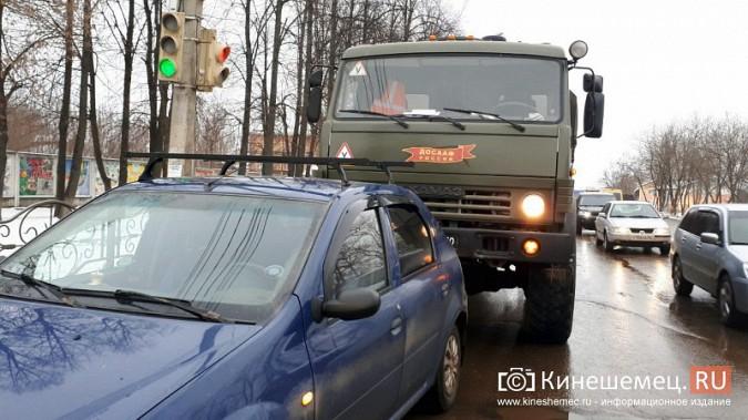В Кинешме учебный «КамАЗ» въехал у пешеходника в «Renault Logan» фото 6