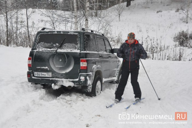 В кинешемском бору целый день вытаскивали из снега «УАЗ», испортивший лыжные трассы фото 5
