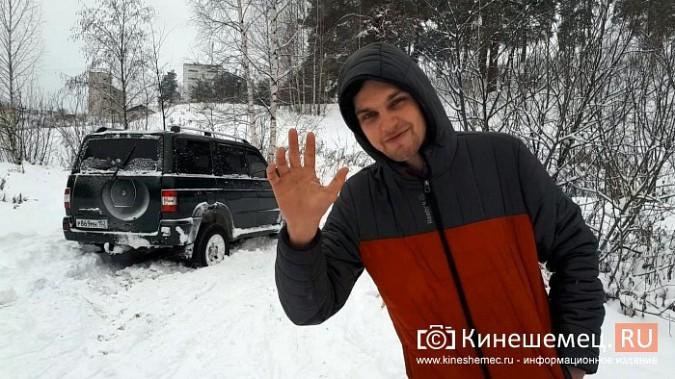 В кинешемском бору целый день вытаскивали из снега «УАЗ», испортивший лыжные трассы фото 8