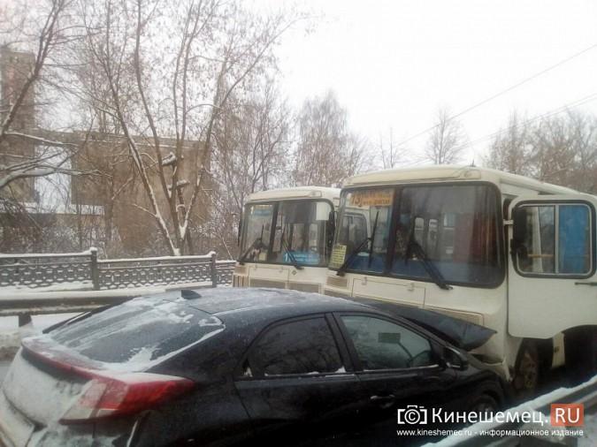Автобус №13 и «Honda Civic» столкнулись на отремонтированном Никольском мосту фото 2