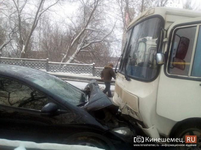 Автобус №13 и «Honda Civic» столкнулись на отремонтированном Никольском мосту фото 3
