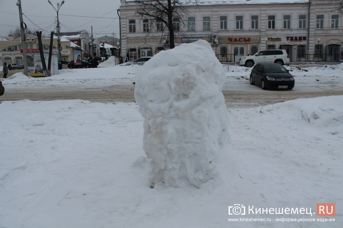 Погода и вандалы помешали строительству снежного городка фото 5