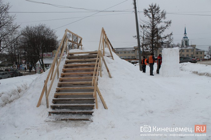 Погода и вандалы помешали строительству снежного городка фото 4